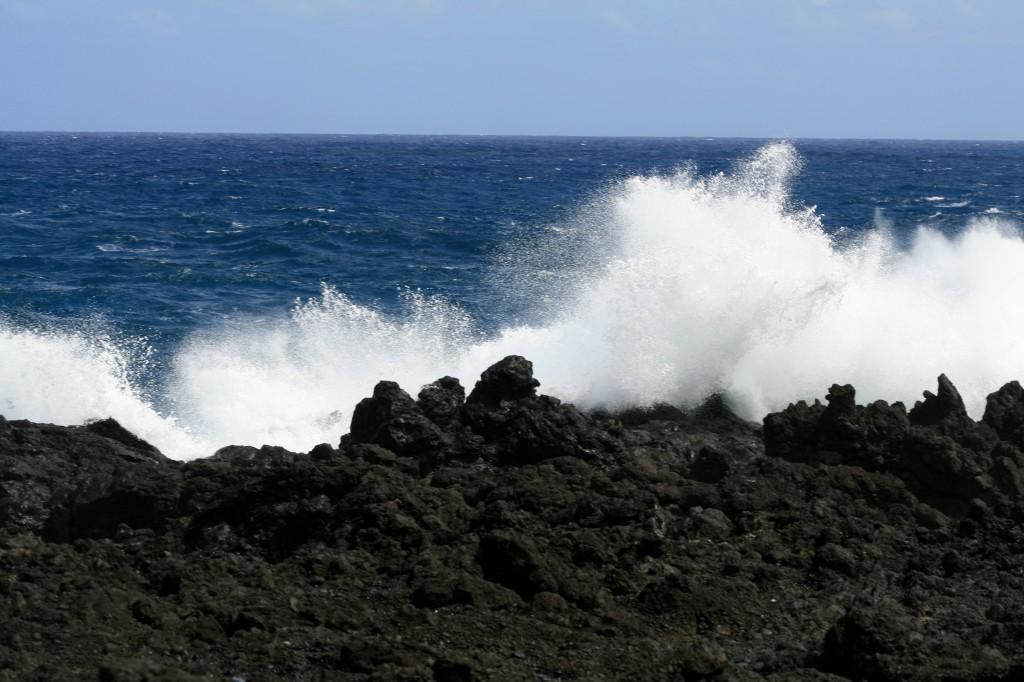 waves_over_lava_rock_wainapanapa