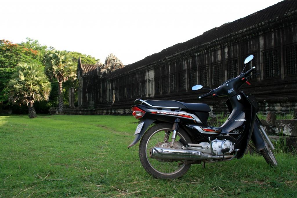 angkor-wat-scooter