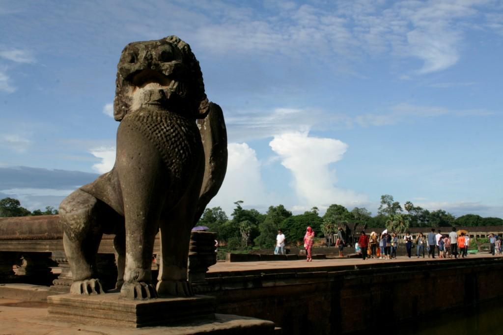 angkor-wat-west-approach-lion