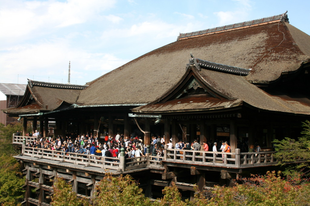 kiyomizu-dera-temple-crowded