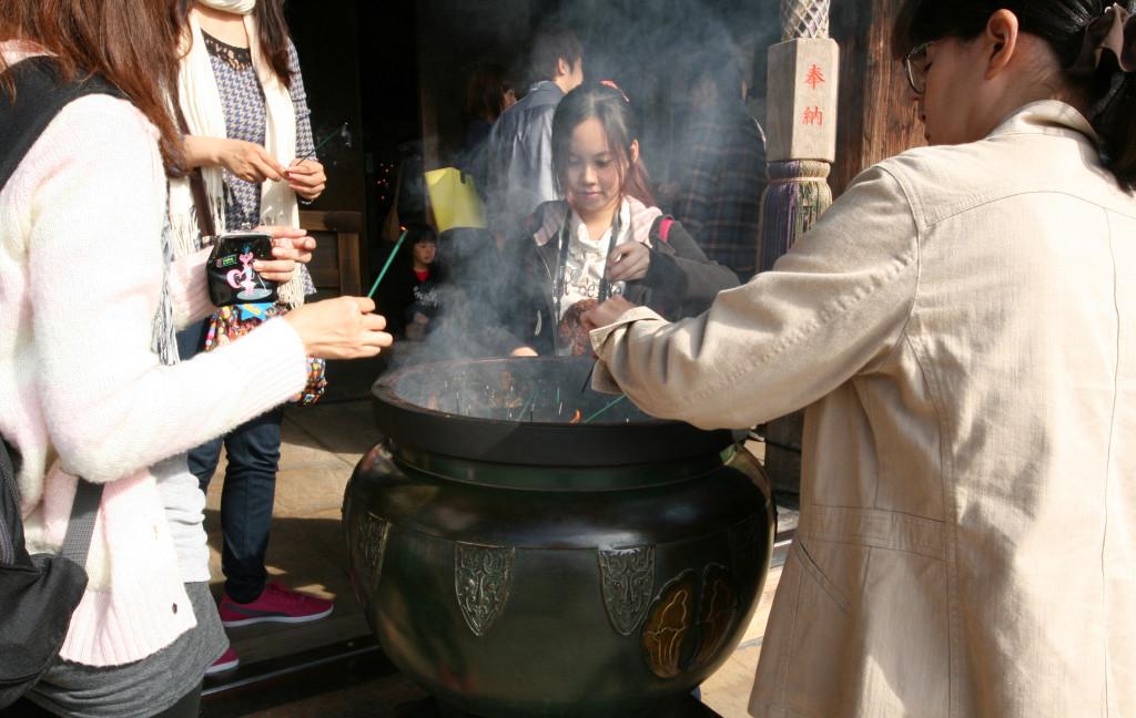 kiyomizu-dera-temple-incense-1