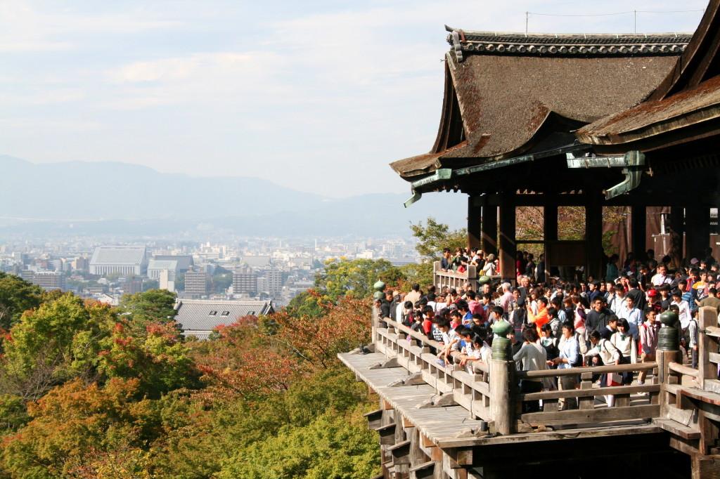 kiyomizu-dera-temple-packed-2