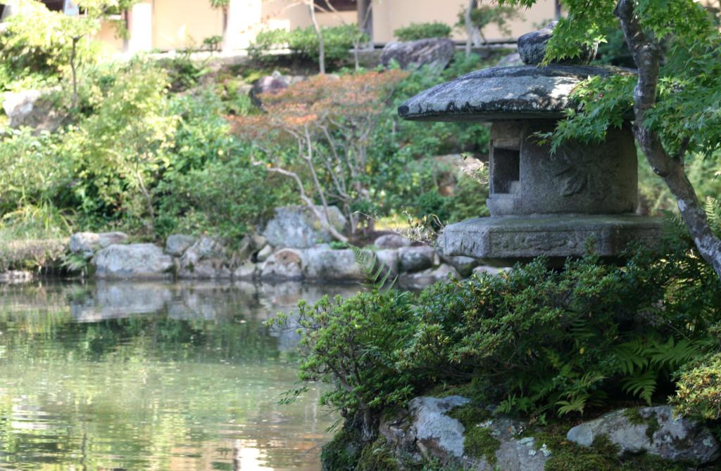 isuien-garden-lantern-pond-2