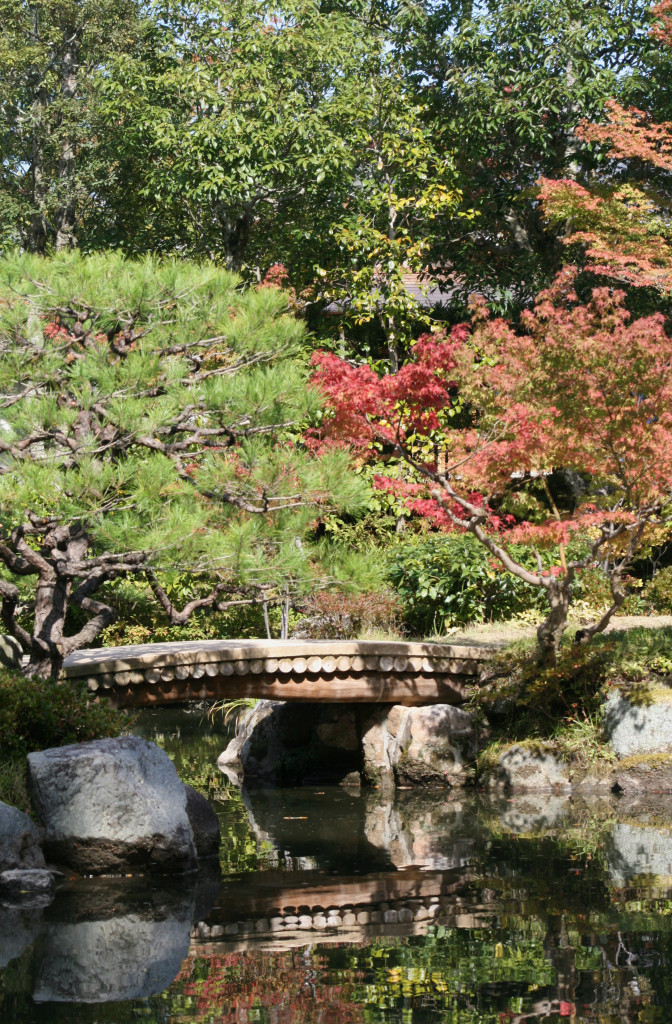 isuien-garden-pond-bridge-1