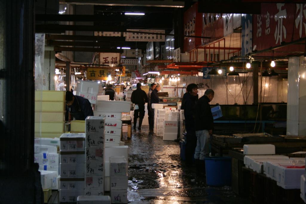tsukiji-fish-market-processing-3