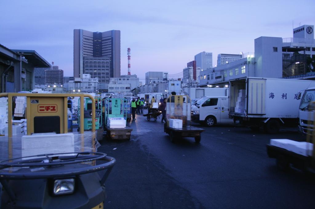 tsukiji-fish-market-processing-4
